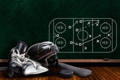 冰球设备和粉笔板戏剧战略 免版税库存照片