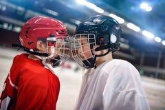 冰球-男孩球员对手 图库摄影