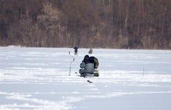 冰的一个人在冬天钓鱼 免版税库存照片