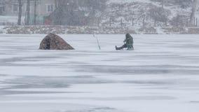 冰的一位渔夫在冬天 免版税库存照片