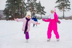 冰的两个年轻溜冰者女孩 库存图片