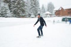 滑冰的人户外 免版税库存照片