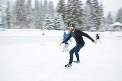 滑冰的人户外 库存图片