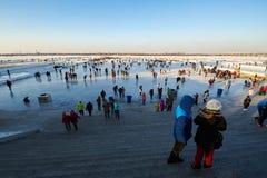 滑冰的人民在哈尔滨松花江 库存照片