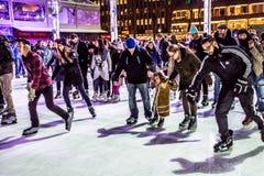 滑冰的人群布耐恩特公园 免版税库存照片