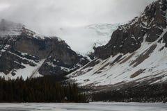 结冰的弓湖,亚伯大,加拿大 免版税库存照片