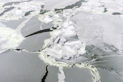 冰的抽象在冻河 库存图片