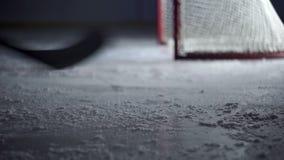 冰的曲棍球运动员急剧减慢特写镜头 股票视频