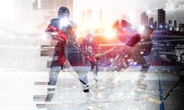 冰的曲棍球运动员 混合画法 免版税库存照片
