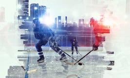 冰的曲棍球运动员 图库摄影