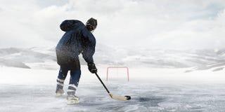冰的曲棍球运动员 免版税库存图片