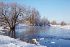 结冰的河Talitsa在冬天 免版税库存图片