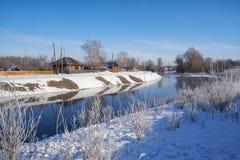 结冰的河Talitsa在冬天 免版税库存照片
