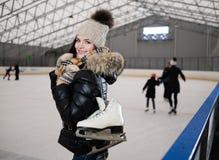 滑冰的溜冰场的女孩 图库摄影