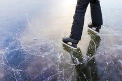 滑冰的轨道,一个人在她旁边站立 免版税库存照片