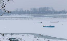 冰的,渔船冻河多瑙河 免版税图库摄影