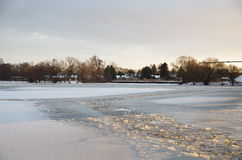 冰盖的河 免版税图库摄影