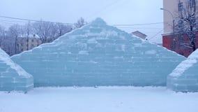 冰砖墙在镇中心 与冰形象的装饰为假日 股票录像