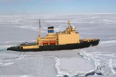 冰破冰船装箱工作 图库摄影