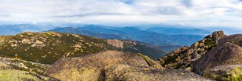 冰砾、岩石和山a美好的风景全景  库存照片