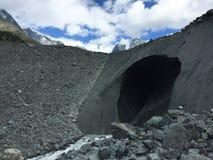 冰碛在山的冰川洞 E 免版税库存照片