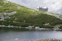 冰碛抑制了湖Tatra山的名为Skalnate pleso,天文学和meteoroligical观测所,斯洛伐克 库存图片