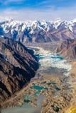 冰碛Glacier湖鸟瞰图山峡谷和山顶 免版税库存图片