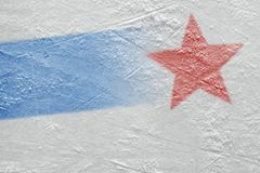 冰竞技场的片段有一线蓝线和一个红色星的 库存照片