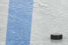 冰竞技场的顽童和片段有一线蓝线的 库存照片