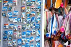 冰箱磁铁和五颜六色的希腊拖鞋在Rhod 免版税库存照片