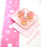 冰粉红色的杯形蛋糕 库存照片