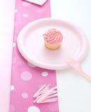 冰粉红色的杯形蛋糕 库存图片