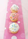 冰粉红色的杯形蛋糕 免版税库存照片