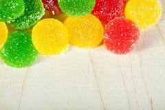 从冰糖五颜六色的甜点的背景  库存照片
