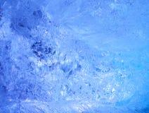 冰纹理与蓝色返回光的。 免版税库存照片
