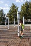滑冰线型在公园的女孩 免版税库存图片