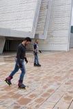 滑冰线型在街道的两个人 库存图片
