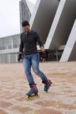 滑冰线型在街道的人 免版税库存图片
