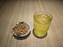 冰绿茶和日本人快餐soba面条 免版税库存图片