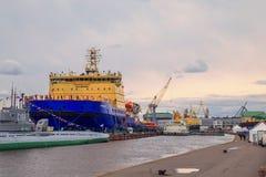 破冰船节日在涅瓦河的 库存图片
