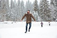 滑冰英俊的人户外 免版税库存照片