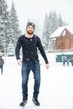 滑冰英俊的人户外 库存图片