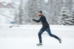滑冰英俊的人户外 免版税图库摄影