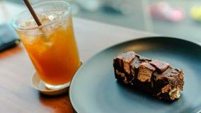 冰茶和果仁巧克力在被弄脏的背景 库存照片