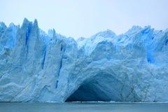 冰蓝色佩里托莫雷诺冰川` s巨大的前围的难以置信的看法如被看见从在湖Argentino,埃尔卡拉法特的巡航小船 免版税图库摄影