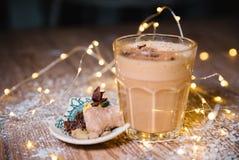 冰蜂蜜南瓜与打好的奶油的香料拿铁 定调子 有选择性 图库摄影