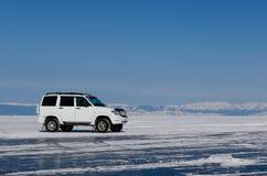 冰表面上的一辆汽车 免版税图库摄影