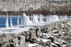 冰被撒布的岩石码头 免版税库存照片