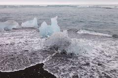 冰裂片从冰山盐水湖jokulsarlon的在海coas 免版税库存照片