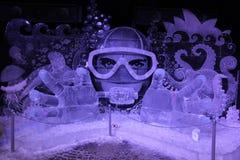 冰设施 冻冰水下的幻想以一个潜水者的形式面具的 库存照片